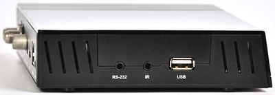 На левой стороне находится коннектор RS-232, вход для подключения внешнего ИК-приемника и второй USB 2.0 порт.