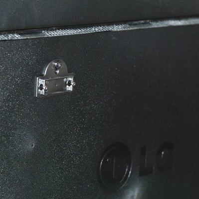 Сам кронштейн крепится к телевизору с помощью винта, хотя допускается установка на стену через дюбель.
